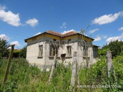 Bulgarian country house near a lake 3